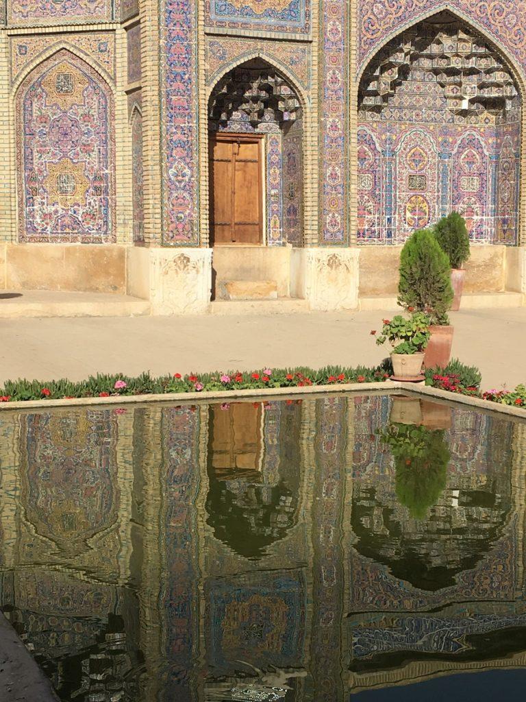 iran-shiraz-mezquita-rosa-estanque