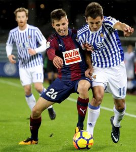 Oyarzabal (d) , lucha un balón con Sarriegi (i), durante el derbi en Anoeta. (EFE/Juan Herrero).