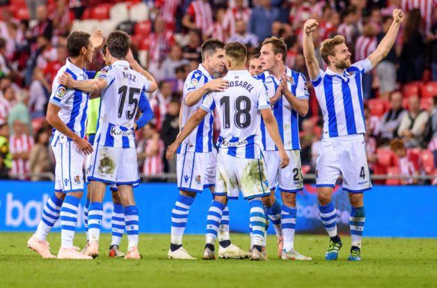 Los jugadores de la Real celebran la victoria frente al Athletic. EFE