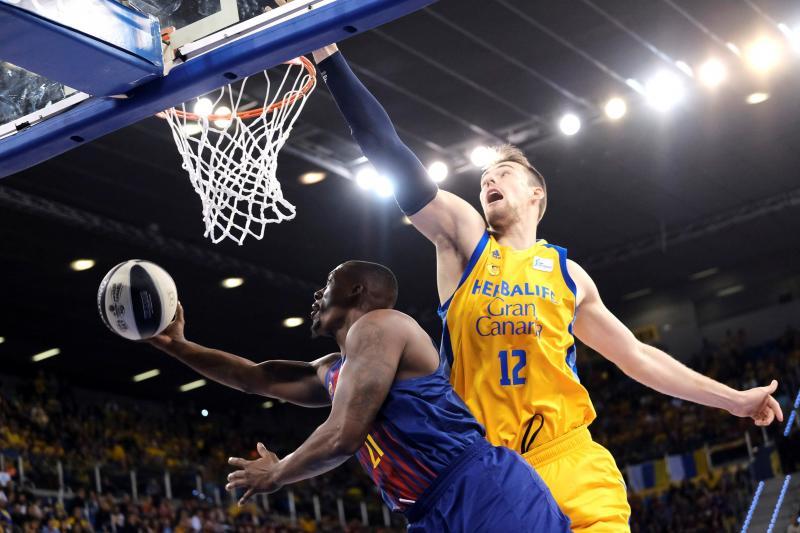 El pivot del Herbalife Gran Canaria Ondrej Balvin  intenta taponar el lanzamiento de Rakim Sanders, del F.C. Barcelona Lassa, durante la segunda semifinal de la Copa del Rey de Baloncesto que se disputa esta tarde en el Gran Canaria Arena.