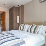 Dormitorio: vista en detalle del cabecero y de un armario