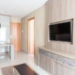 Sala de estar; detalle de la zona de televisión y acceso a otras estancias