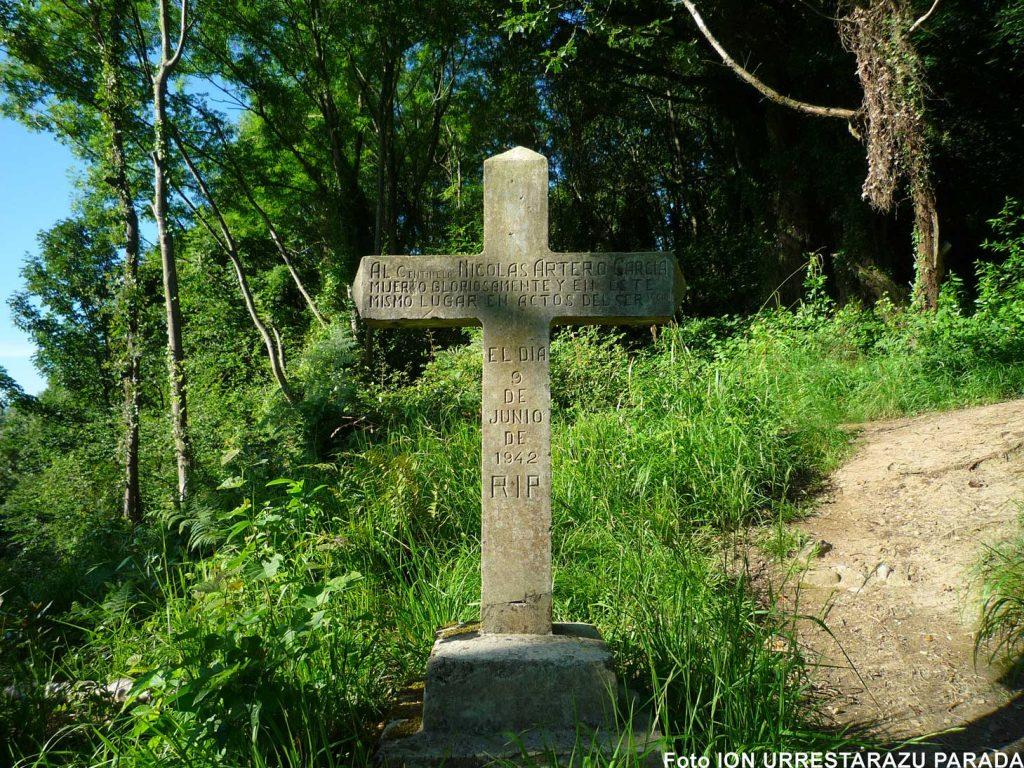 La cruz con la inscripción que se puede ver en el parque de Ametzagaña. / I.U.