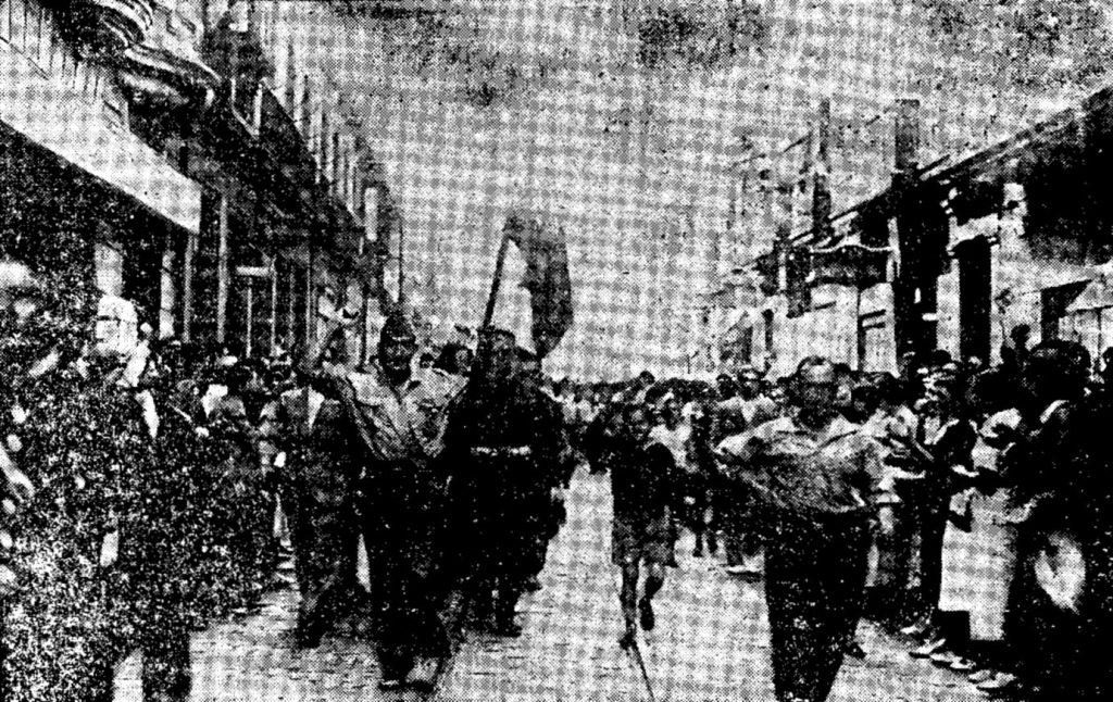 """Los milicianos del grupo """"Thaelmann"""" desfilando en San Sebastián con su nueva bandera. Foto Frente Popular."""