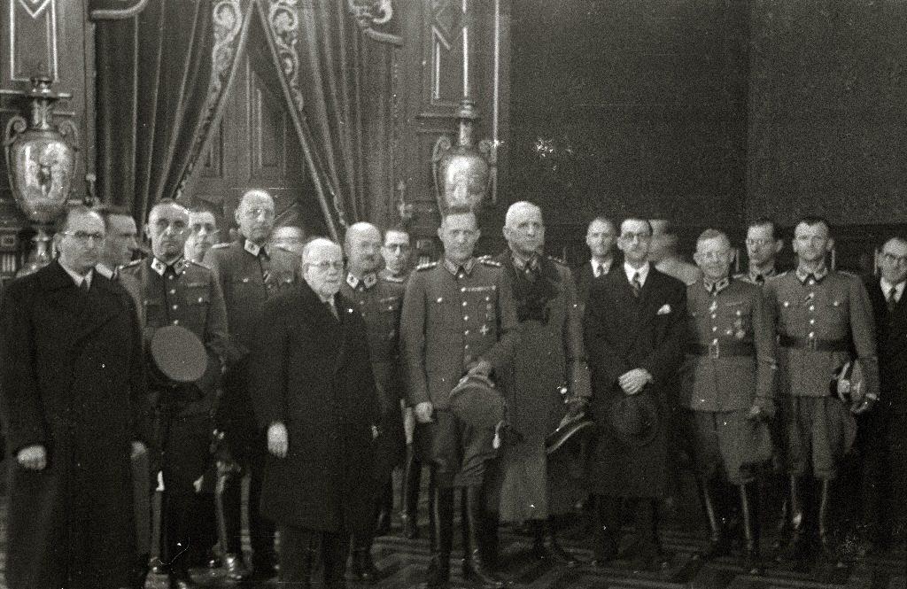 Schwerin von Krosigk con su séquito en la Diputación. Kutxateka.