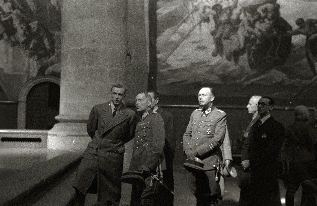 Schwerin von Krosigk admirando los lienzos de Sert en San Telmo. Kutxateka.