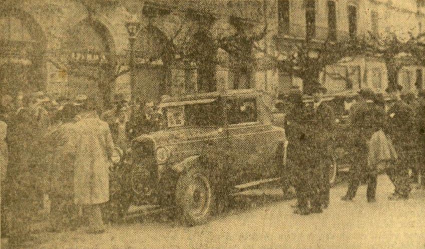 Los coches siendo inspeccionados por el público en la calle Garibay. EPV.
