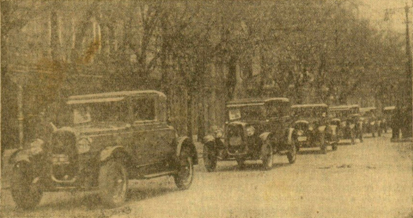 Caravana de Chevrolets avanzando por la Avenida. EPV.