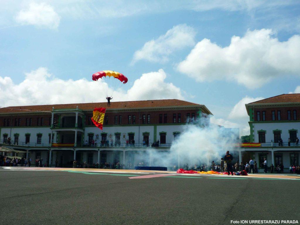 Paracaidista a punto de aterrizar. Foto Ion Urrestarazu Parada.