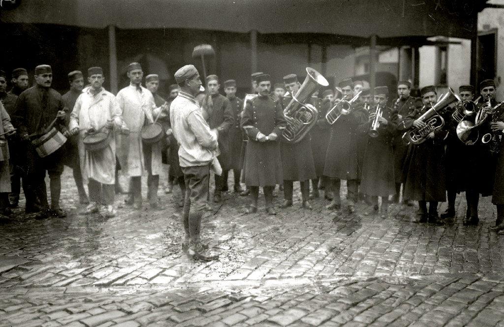 La banda del regimiento Sicilia tocando en el patio del cuartel de San Telmo. Kutxateka.